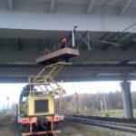 Монтаж отбойника контактного провода на балке пролетного строения